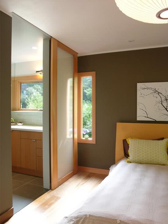 quarto com entrada em madeira e vidro