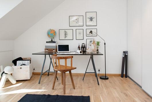 quarto com escrivaninha para trabalho no sotão