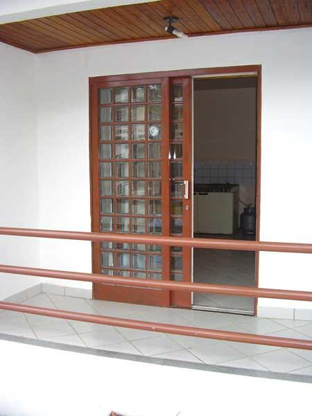 sala simples com uma porta diferenciada