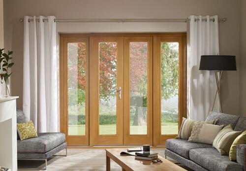 simples sala com uma linda porta em vidro