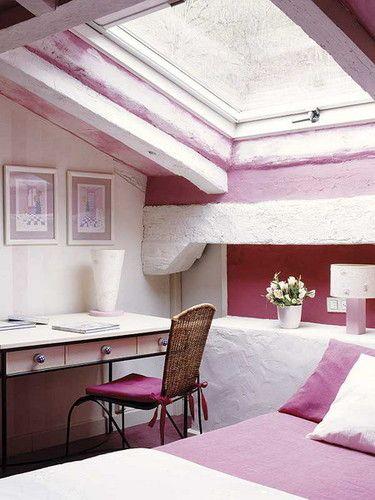 sotão como quarto em rosa claro
