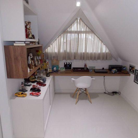 sotão em branco sendo usado como quarto