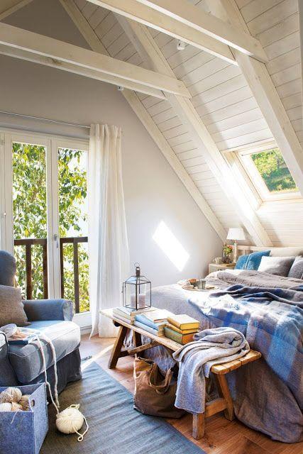 sotão em madeira pintada de branco como quarto