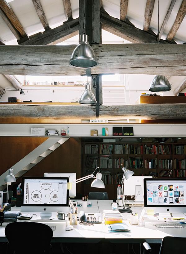 sotão pequeno com escrivaninhas para trabalhp