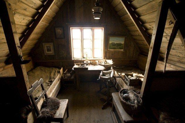 sotão rustico com madeira