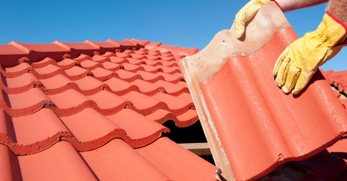 telha francesa feita de barro sendo colocada no telhado