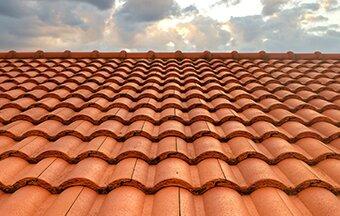 telhado completamente feito com telhas francesas de barro