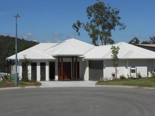 telhas francesas em branco no telhado de casa
