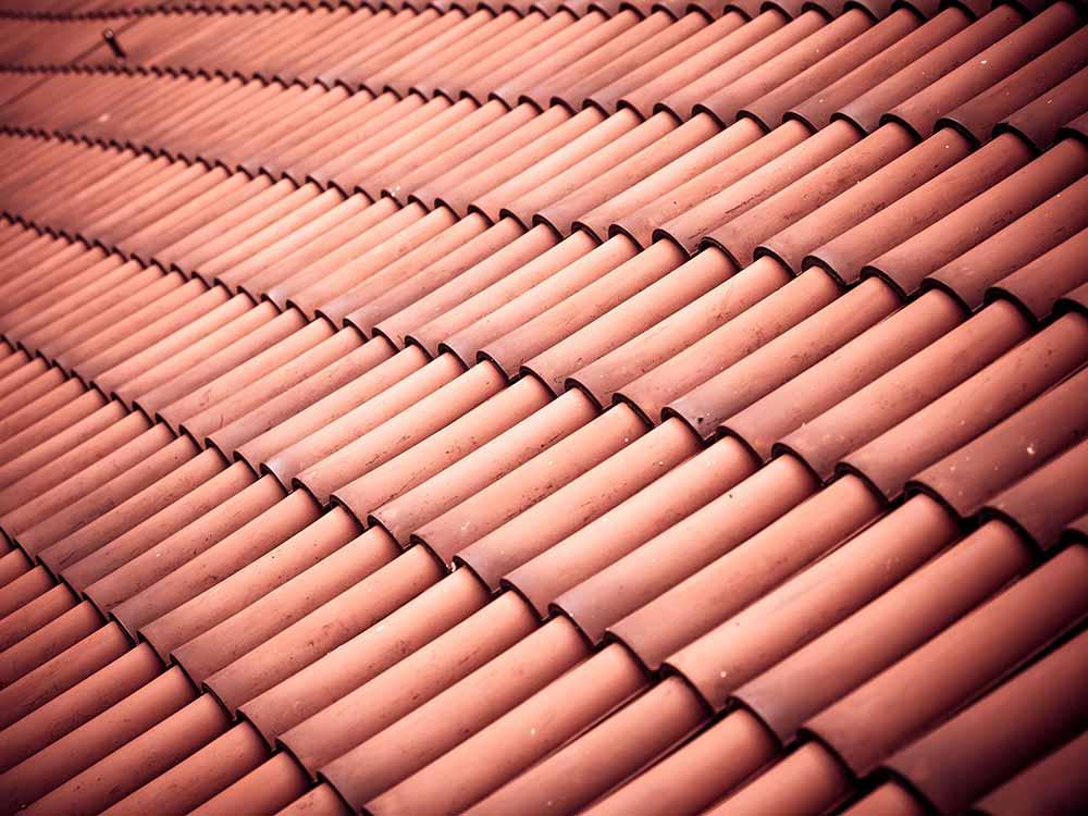 telhas francesas feitas em barro encaixadas em telhado