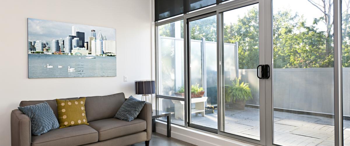 temperado com moldura de aluminio e um sofa
