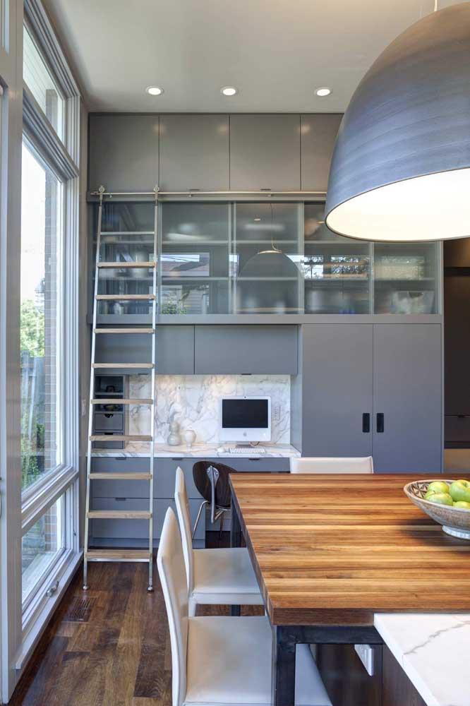 uma porta balcão diretamente na cozinha