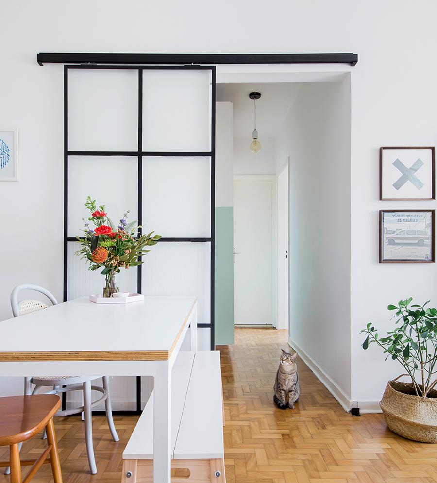 vidro leitoso e ferro na porta