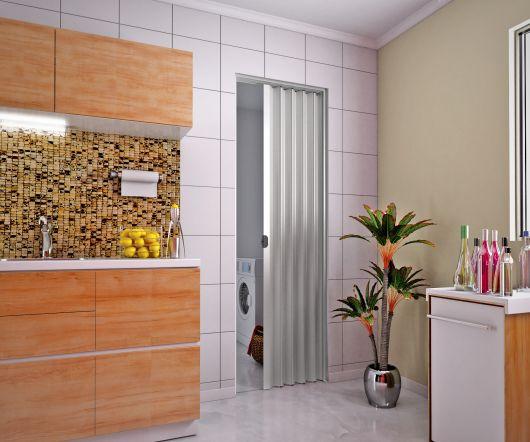 vidro nos detalhes de uma porta sanfonada na cozinha