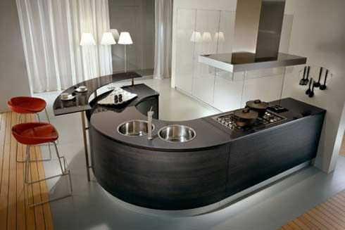 Balcão preto e redondo dentro da cozinha americana