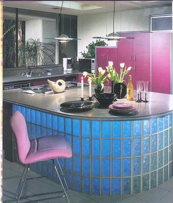 Balcão redondo de vidro na cozinha americana