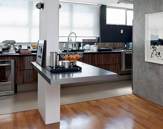 Coluna como um elemento de separação da sala e da cozinha americana