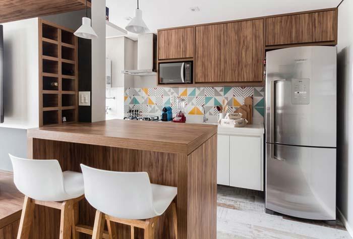 Cozinha americana com balcao de madeira e cadeiras brancas