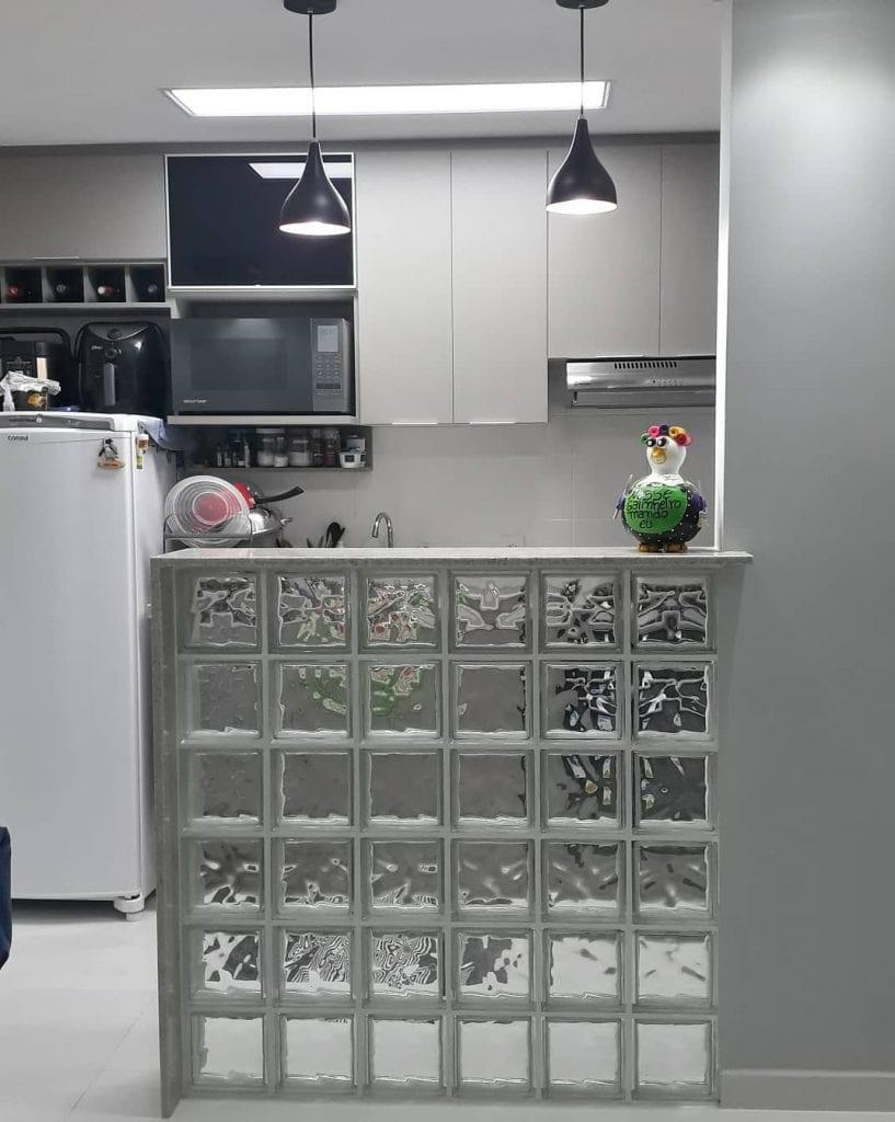 Cozinha americana com balcão de vidro