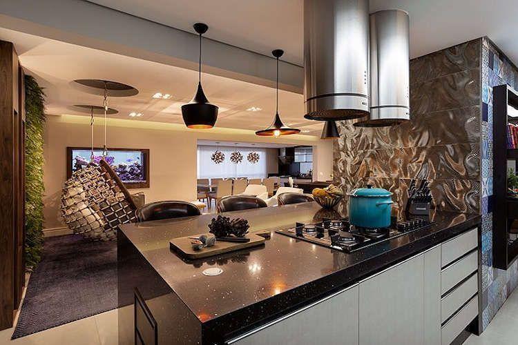Cozinha americana com ilha e sala grande
