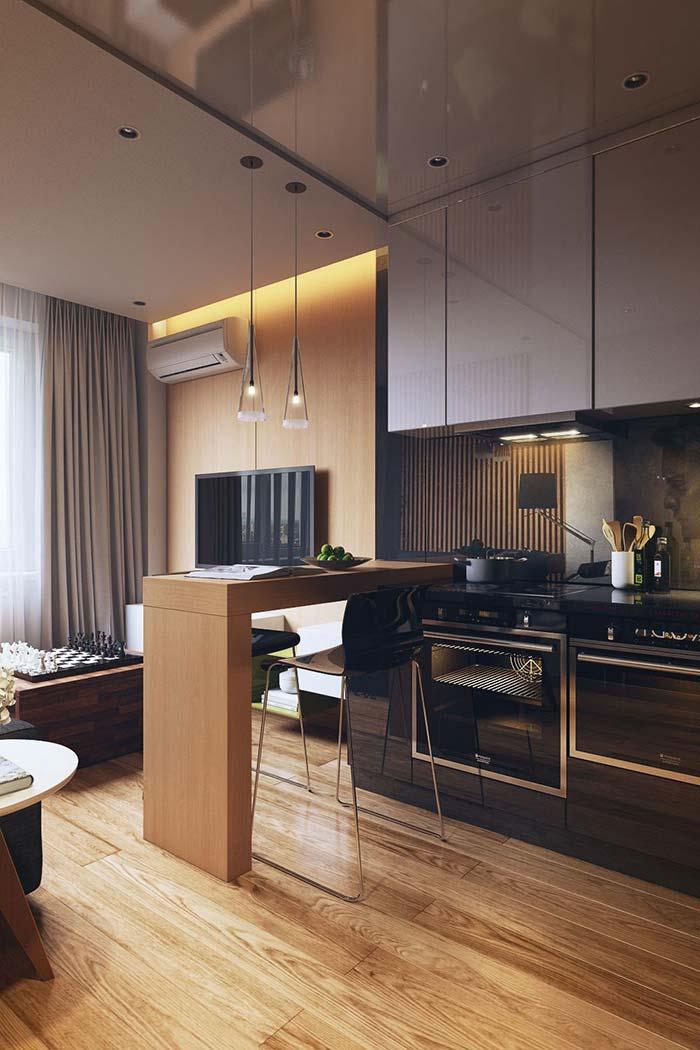 Cozinha americana com um pequeno balcão de madeira no meio