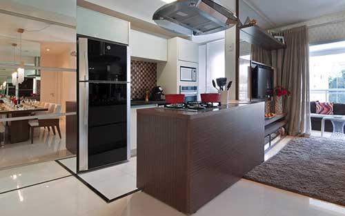 Cozinha americana com uma coluna em separaçaõ da sala