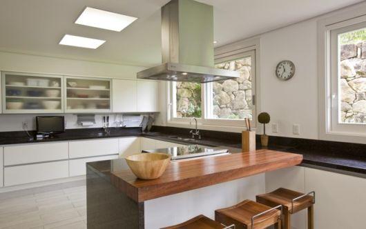 Cozinha com balcão de madeira no seu centro