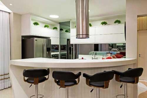 Cozinha com balcão redondo no estilo americana