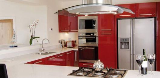 Cozinha vermelha e branca na cozinaha americana