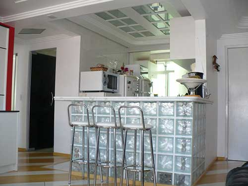 Cozinhaa americana feita com um balcão de vidro