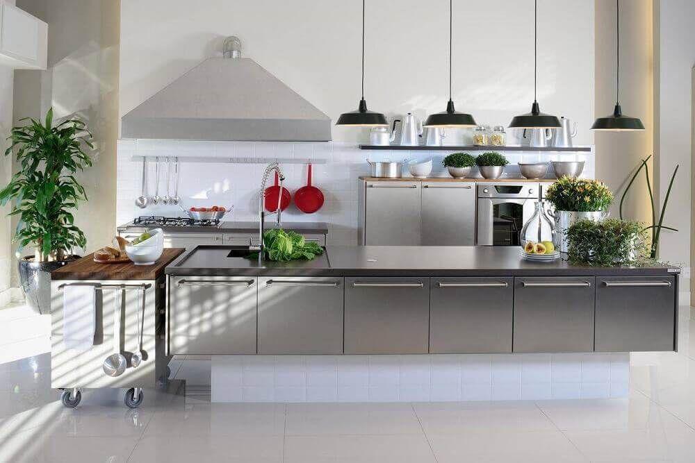 Luminarias alinhadas suspensas sobre o balcão da cozinha