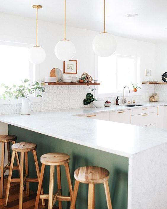 balcao de cozinha americana com luminaria e bancos