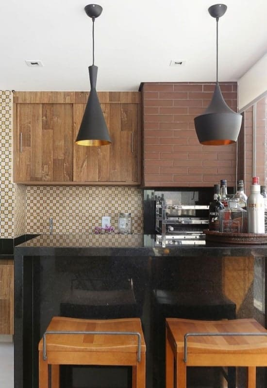 balcao de granito escuro na cozinha