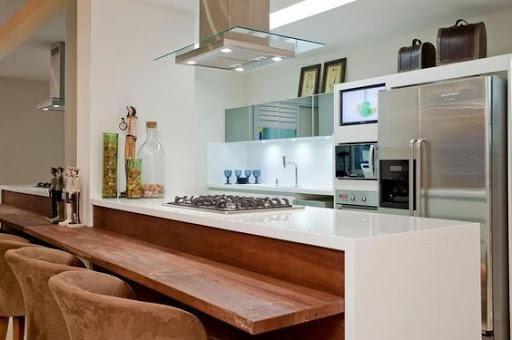 balcao grande de madeira usado na divisão da cozinha