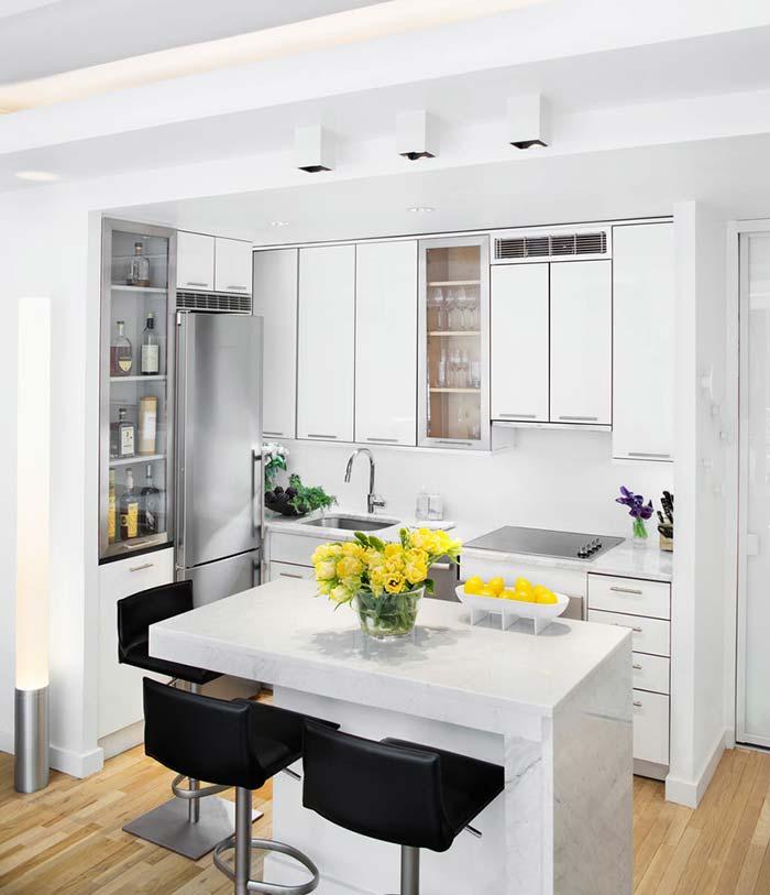 cozinha americana com coluna no meio separando a sala