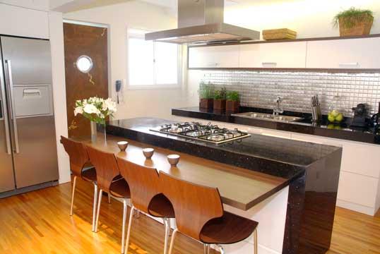 cozinha americana com ilha e sala de madeira
