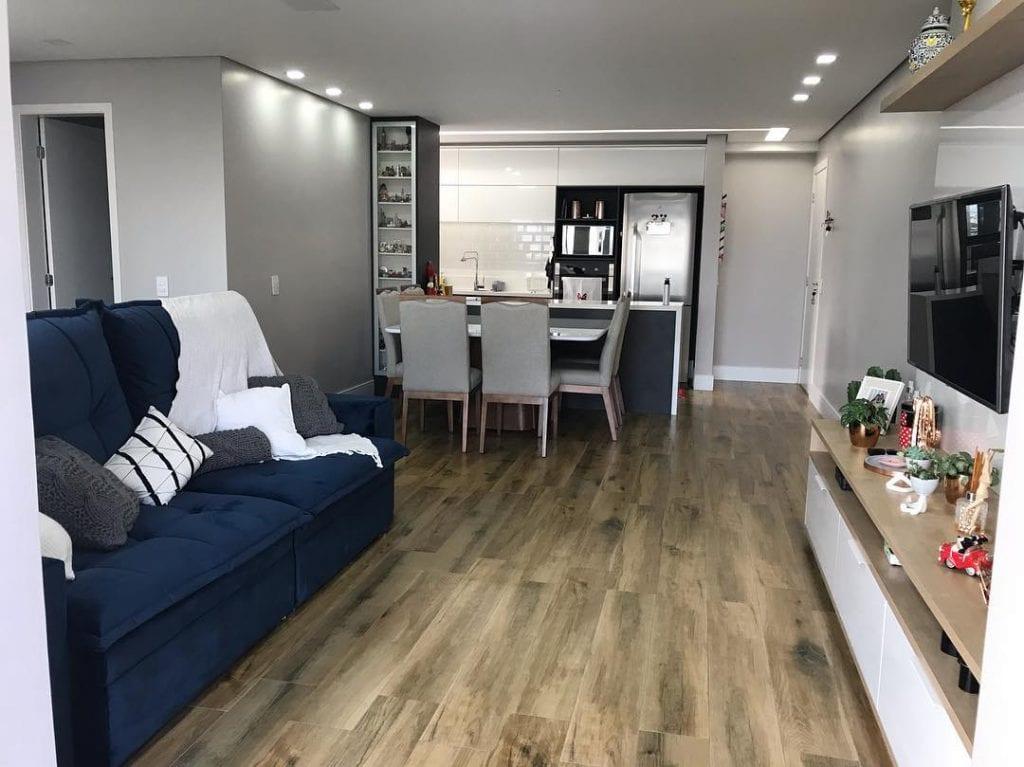 cozinha americana com sala de jantar e estar e piso de madeira