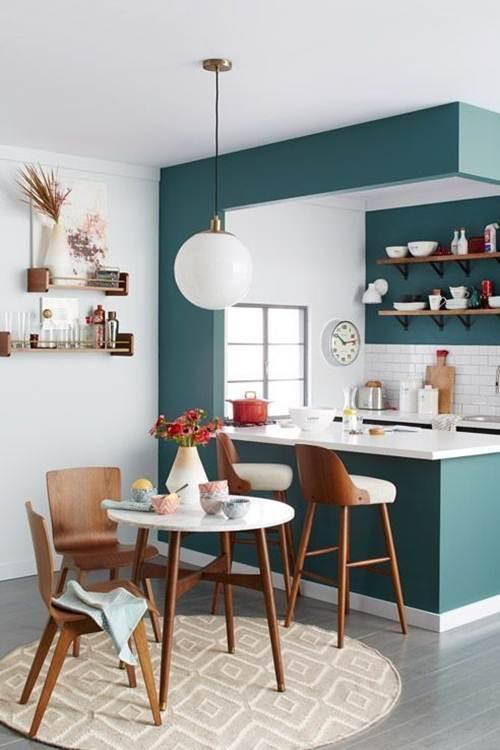 cozinha americana com sala e mesa pequena