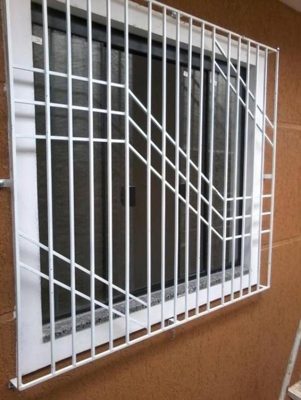 grades brancas na janela branca de aluminio