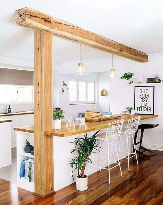 coluna de madeira dividindo cozinha americana e sala