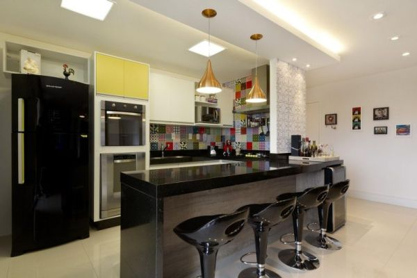 marmore e cadeiras escuras constituindo o alcao da cozinha