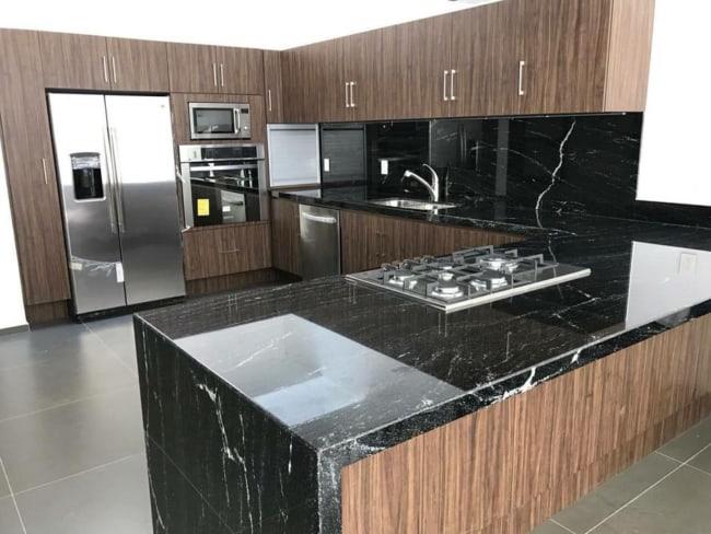 marmore escuro no balcao da cozinha
