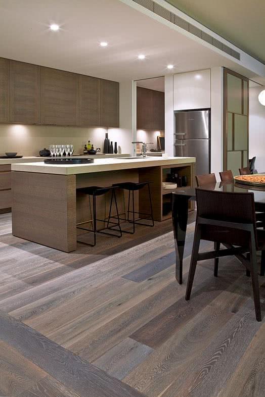 piso de madeira na cozinha americana e na sala de jantar e estar