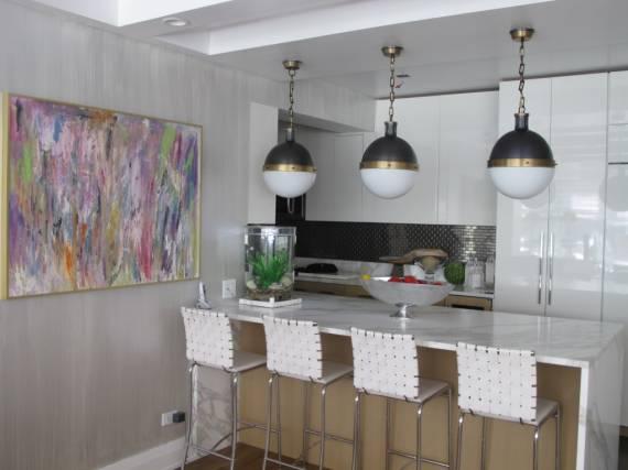 três luminarias no balcao da cozinha americana