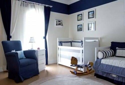 Azzul marinho e branco na parede do quarto de bebe