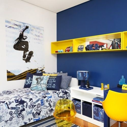 Branco e azul marinho na parede com prateleira em amarelo