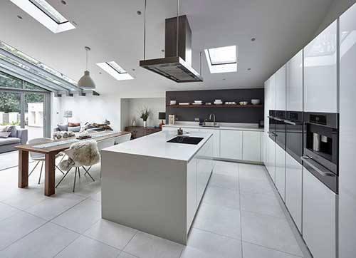 Cozinha branca com uma ilha grande