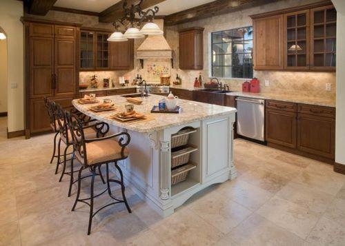 Cozinha com uma ilha em seu centro com marmore