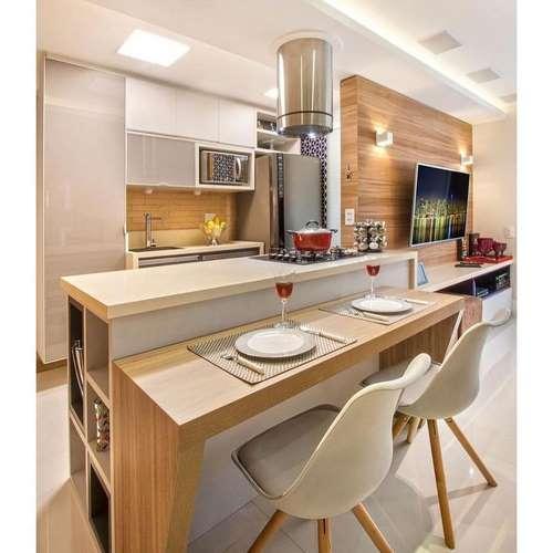Ilha de madeira colocada na cozinha americana