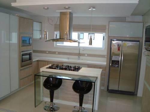 Ilha pequena de marmore e vidro na cozinha