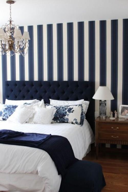 Parede lsitrada no quarto em azul marinho e branco